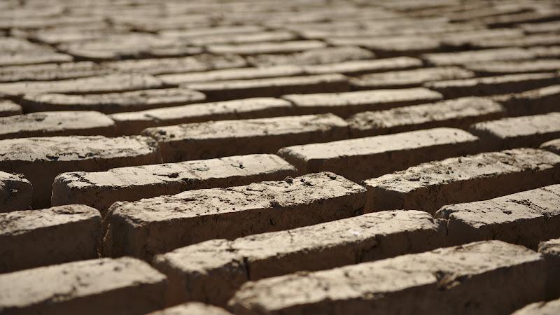 Caramizele din pamant ars, un material de constructie vechi de cand lumea.