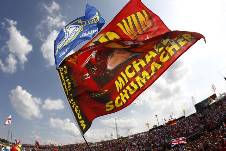 флаги болельщов Михаэля Шумахера и Chevrolet Aveo Donetsk club на Гран-при Венгрии 2012