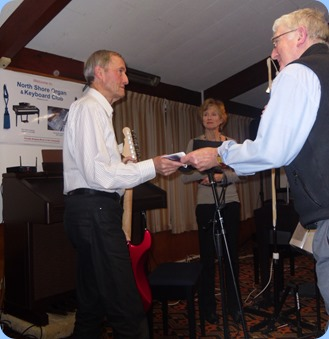 Gordon Sutherland thanking Brian and Denise Gunson for a great concert. Photo courtesy of Delyse Whorwood.