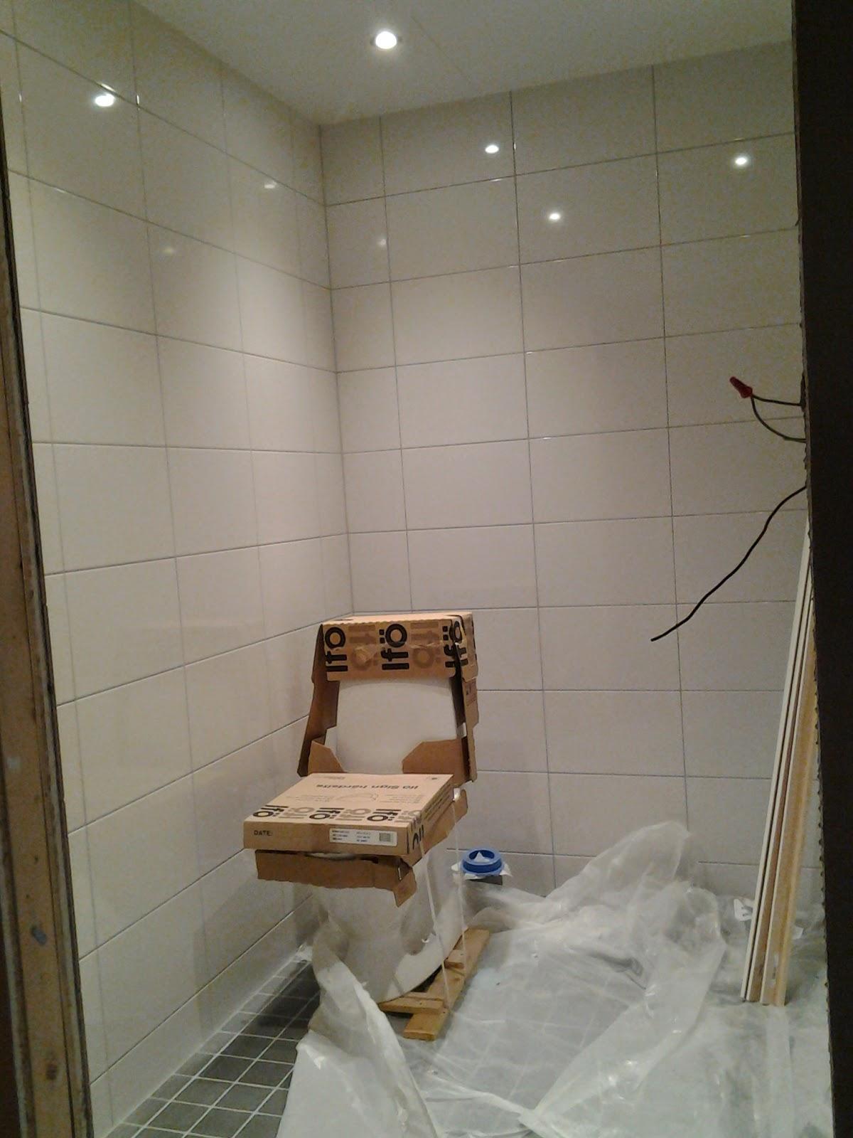 Vita huset   on the road: badrum och färg på väggarna