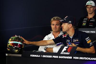 Себастьян Феттель дотрагивается до шлема Нико Росберга на пресс-конференции в четверг на Гран-при Германии 2014