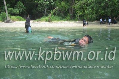 berenang di pantai tappina polman