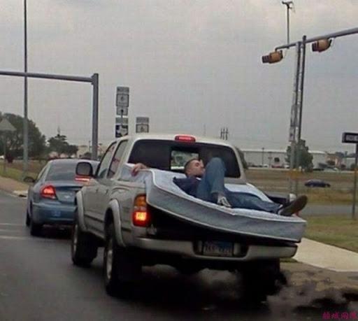 Pessoas idiotas fazendo coisas estúpidas