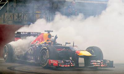 Себастьян Феттель крутит пончики на Red Bull после финиша Гран-при Индии 2013
