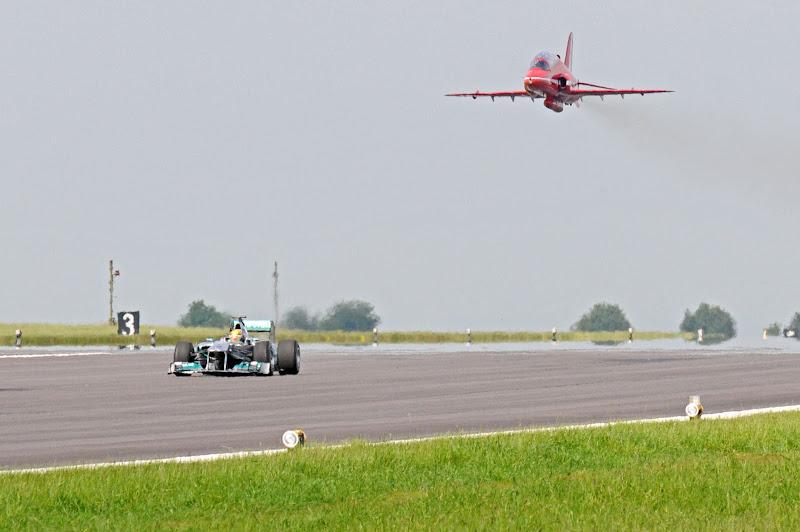 Льюис Хэмилтон на болиде Mercedes и самолет Красных Стрел Королевских ВВС Великобритании