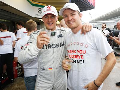 Михаэль Шумахер и Нико Росберг пьют шампанское на Гран-при Бразилии 2012
