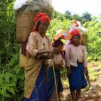 Kobiety z plemienia Pa-O, wracaja do wiosek z koszami pełnymi zakupów.