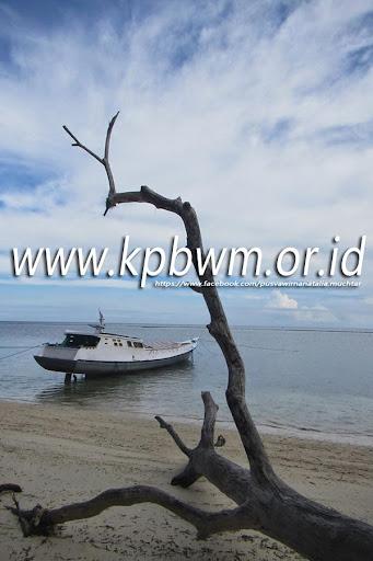 perahu nelayan pantai lomboqna tubo