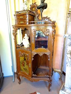 Красивый шкафчик на гнутых ножках с расписной дверкой. 19-й век. 5800 евро.