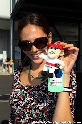 Джессика Мичибата с куклой Дженсона Баттона на Гран-при Японии 2011