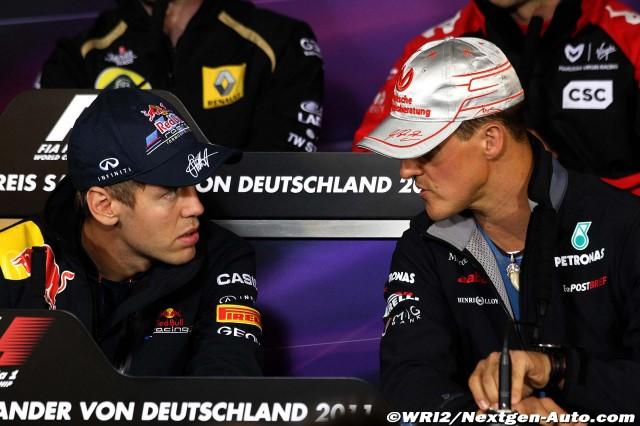 Михаэль Шумахер хочет что-то сказать Себастьяну Феттелю на пресс-конференции Гран-при Германии 2011 в черверг
