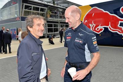 улыбающиеся Алан Прост и Эдриан Ньюи на Гран-при Великобритании 2013