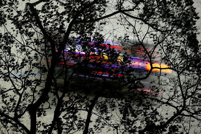 Марк Уэббер на Red Bull сквозь деревья на Гран-при Сингапура 2013