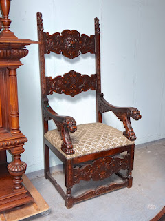 Антикварное кресло с резными подлокотниками. ок.1850 г. Высота 150 см. 3900 евро.