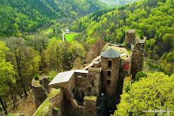 Asi 12 km od Kadaně na vrchu u obce Místo směrem k Chomutovu stojí gotický hrad ze 14. stol. Hasištejn, který byl postavený na ochranu důležité zemské stezky. Jeho název pochází z německého sousloví Hassenstein - Skála nenávisti. Od 17. stol. hrad pustl až do konce 19. stol., kdy hrad na vlastní náklady nechal zrestaurovat vlastník velkostatku Prunéřov - Emanuel Karsch. Při zdolání schodů jeho 25 m vysoké, dobře zachovalé válcové věže je krásný výhled do okolí (narušený elektrárnouPrunéřov). Ze žebříku opřeného o hradní zeď můžete nahlédnout do obrovského hradního sklepení. Na hradním nádvoří senachází restaurace s nabídkou teplých jídel, koná se zde také spousta kulturních akcí. Hrad je přístupný veřejnosti.
