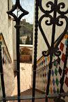 dzielnica Albaicin widok na Alhambrę przez podwórko