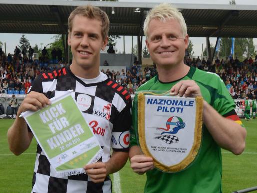 Себастьян Феттель и капитан другой команды на футбольном матче в дни уикэнда Гран-при Германии 2011