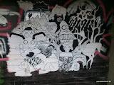 Gewusel an schwarzer Holzwand