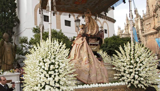 Curiosidades y cofrad as los mantos de la virgen de los for Mudanzas virgen de los reyes