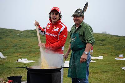 Фернандо Алонсо в роли повара на летнем Wrooom 2011