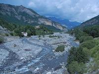Südrampe des Col de la Cayolle (2326 m) Richtung Entraunes. Blick zurück in das Tal der Var und den Ort Gite le Pelens.