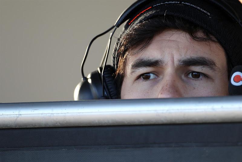 Серхио Перес прячется за забором на предсезонных тестах в Хересе - февраль 2013