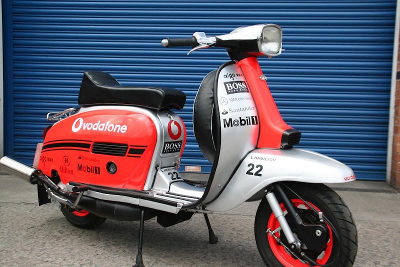 мопед разукрашенный в цвета Vodafone McLaren