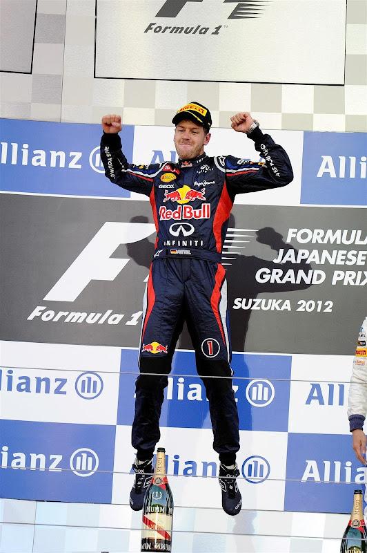 победный прыжок Себастьяна Феттелья на подиуме Сузуки на Гран-при Японии 2012