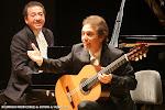 """138: El Dúo Cuenca interpretó """"Recuerdos de la Alhambra"""" con una guitarra Alhambra, en la foto, el momento en que les dedicaba la obra."""