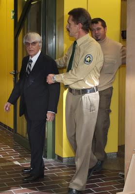 Берни Экклстоун в сопровождении представителей суда в Мюнхене