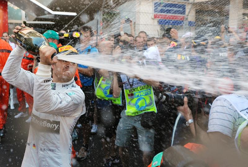 Нико Росберг разбрызгивает победное шампанское на Гран-при Монако 2013