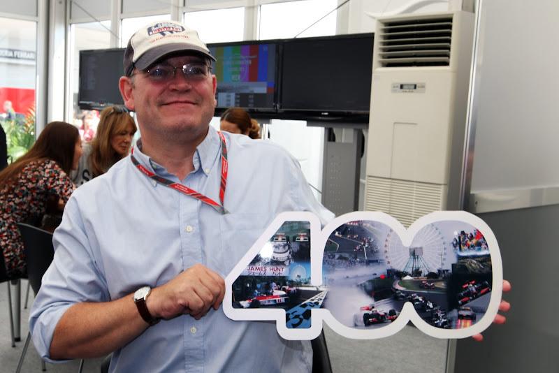 Британский журналист Джо Савард празднует свое 400-ое ГП на Гран-при Японии 2011