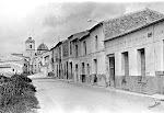 Vista parcial de la calle José Antonio. Años 70. (Charles). Biblioteca Municipal de Catral.