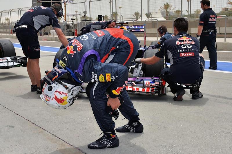 Себастьян Феттель нагибается перед Red Bull и механиками на Гран-при Бахрейна 2013