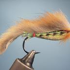 4. A dalej już standard – zonker z lisiej łapki przywiazany z tyłu jaskrawą nicią. Jeżynka w postaci bródki wykonana również z lisiej sierści.