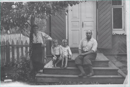 Eva (Chava) Kaminska-Etkin, Michael Etkin, Chaim-Shepse (Shepsele) Etkin,Menachem-Mendel Etkin at their home in Krulevshchizna, Dokshitsy District, Belarus circa 1936-37