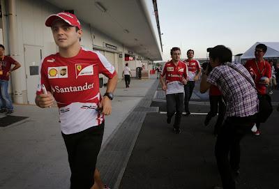 Фелипе Масса бежит впереди Фернандо Алонсо и Педро де ла Росы в паддоке Сузуки на Гран-при Японии 2013