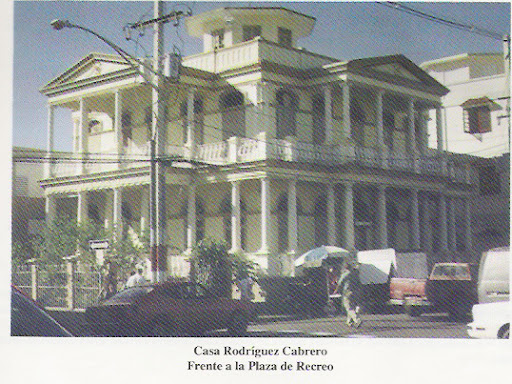 1995 Casa de Manuel Rodríguez Cabrero frente a la Plaza de Recreo. Próximamente será convertida en el Museo de la Historia del Pepino.  Por fin, ya era tiempo COÑO . . . . .