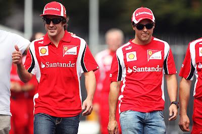 Фернандо Алонсо с большим пальцем и Фелипе Масса в высунутым языком идут по паддоку Монцы на Гран-при Италии 2011