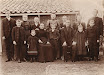 Gezin van Klaas van Heeringen en Antje Serné Antje Serné, geboren op 12-05-1859 te Vinkeveen en Waverveen, overleden 29-05-1931 te Wilnis. Gehuwd op 19-jarige leeftijd op 17-05-1878 te Vinkeveen c.a. Echtgenoot is Klaas van Heeringen, 24 jaar oud, schipper, geboren op 23-08-1853 te Vinkeveen, overleden 12-10-1920 te Wilnis. van links naar rechts vooraan Klaas, Alida Elizabeth (Alie), Antje, Hendrik (Henk), Klaas (sr), Ans en Gerardus (Gerard). van links naar rechts achteraan Gerrit, Jannetje (Jans), Piet, Maria (Mia), Willem, Dirkje (Ditje) en Burret (of Bart)
