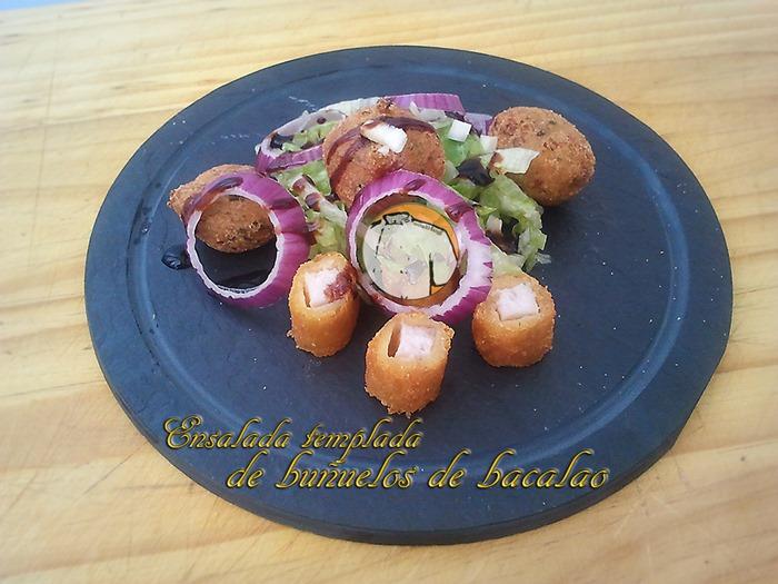 Ensalada templada de buñuelos de bacalao
