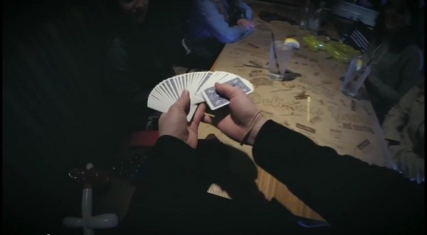 Truques com cartas vistos do ângulo do mágico