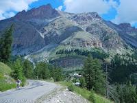 Nordrampe des Col de la Cayolle (2326 m) und Richtung Entraunes. Im unteren Abschnitt eine echte Holperstrecke.