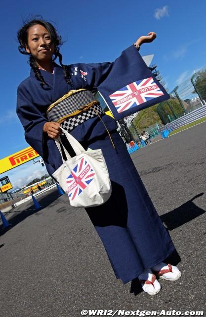 болельщица Дженсона Баттона в кимоно на Гран-при Японии 2011
