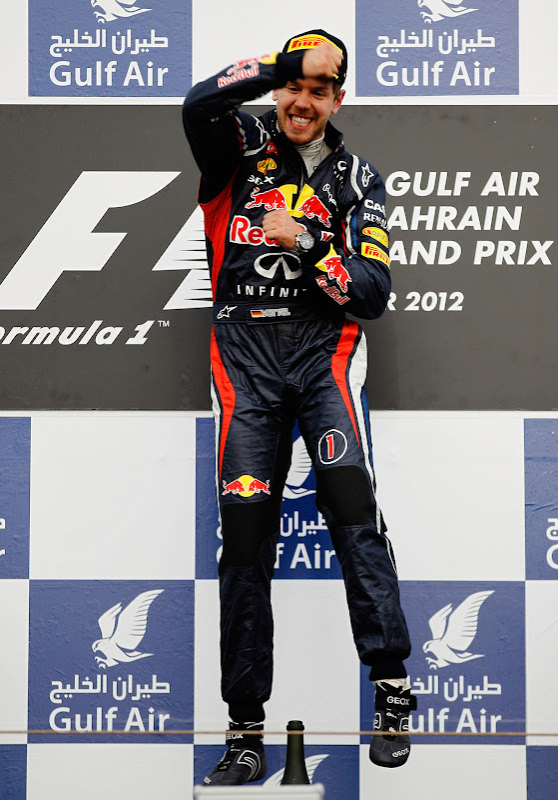 победный прыжок Себастьяна Феттеля на подиуме Гран-при Бахрейна 2012