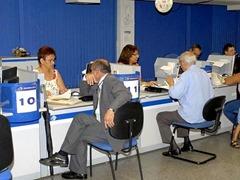 A partir de hoje, as dez agꮣias do Instituto Nacional do Seguro Social (INSS) no Distrito Federal, assim como as de todo o Pa v㯠come硲 a liberar os pedidos de aposentadoria por idade, dos trabalhadores urbanos, em apenas 30 minutos. Os dados referentes a vulos empregatos e contribui絥s do Cadastro Nacional de Informa絥s Sociais (CNIS) ajudaram na agilidade do processo. Na Agꮣia INSS no Plano Plano, oito trabalhadores jᠰarticiparam do novo atendimento.No detalhe, contribuintes do INSS beneficiados com o atendimento pr魡gendados na Agꮣia do INSS da Quadra 02 Bl.G Setor BancᲩo Norte.