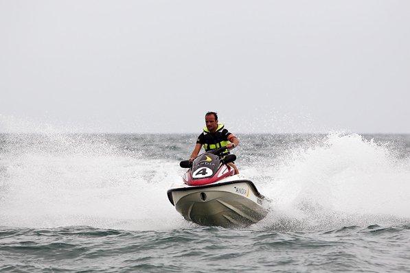 Витантонио Льюцци катается на скутере на Гран-при Европы 2011