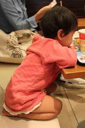 comida-comer-niños-posicion-silla-sentarse