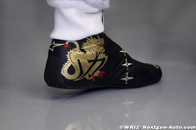 гоночная обувь Михаэля Шумахера с золотым драконом на Гран-при Бельгии 2011