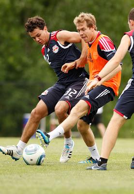 Себастьян Феттель играет в футбол